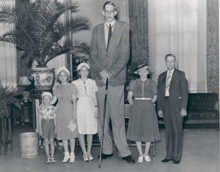 Robert Wadlow and family.jpg